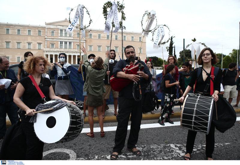 Εκατοντάδες πολίτες συγκεντρώθηκαν στο Σύνταγμα / Φωτογραφία: Intimenews/ΤΖΑΜΑΡΟΣ ΠΑΝΑΓΙΩΤΗΣ