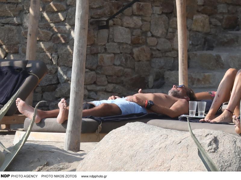 Ο Γιούργκεν Κλοπ χαλαρώνει στην ξαπλώστρα