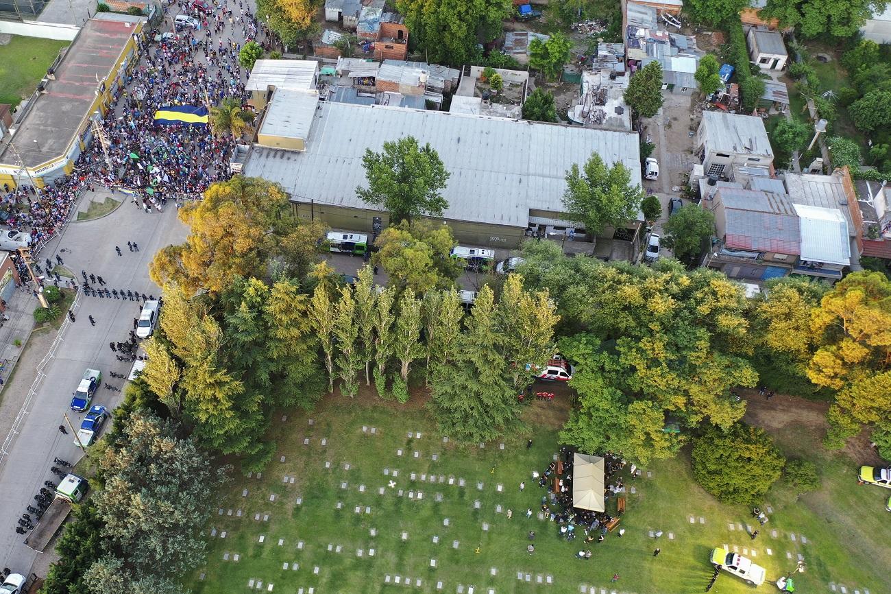 Άνθρωποι έξω από το νεκροταφείο τη στιγμή της κηδείας του Μαραντόνα