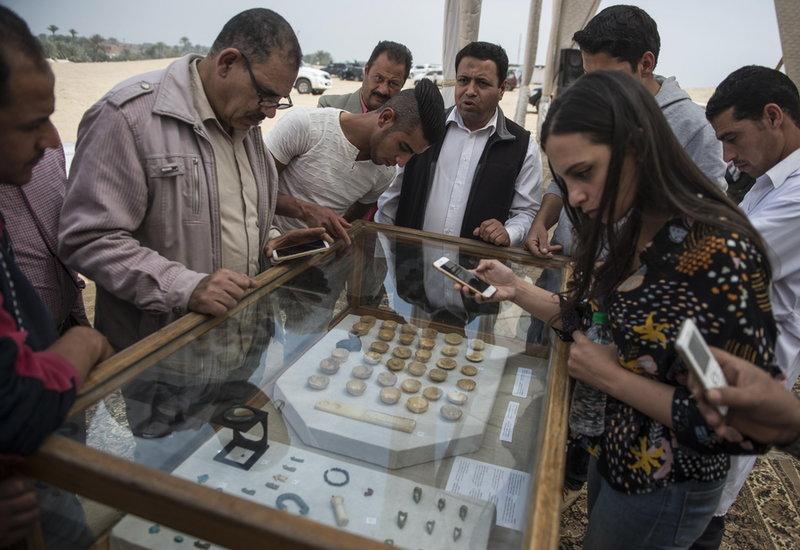 Πολίτες θαυμάζουν ευρήματα από αιγυπτιακό τάφο