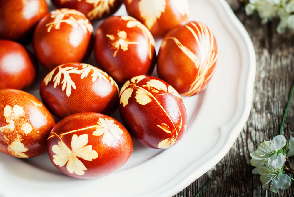 Πασχαλινά κόκκινα αυγά σε λευκή πιατέλα