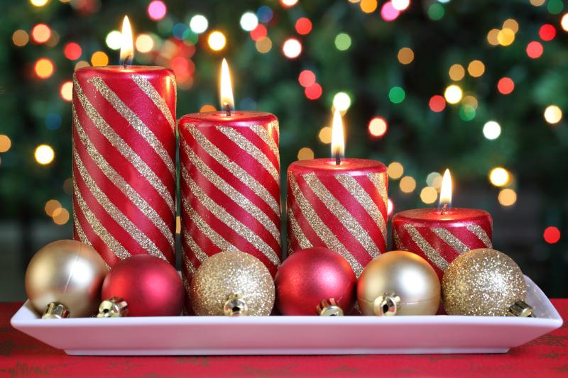 Μπάλες και κεριά δημιουργούν μια γιορτινή ατμόσφαιρα
