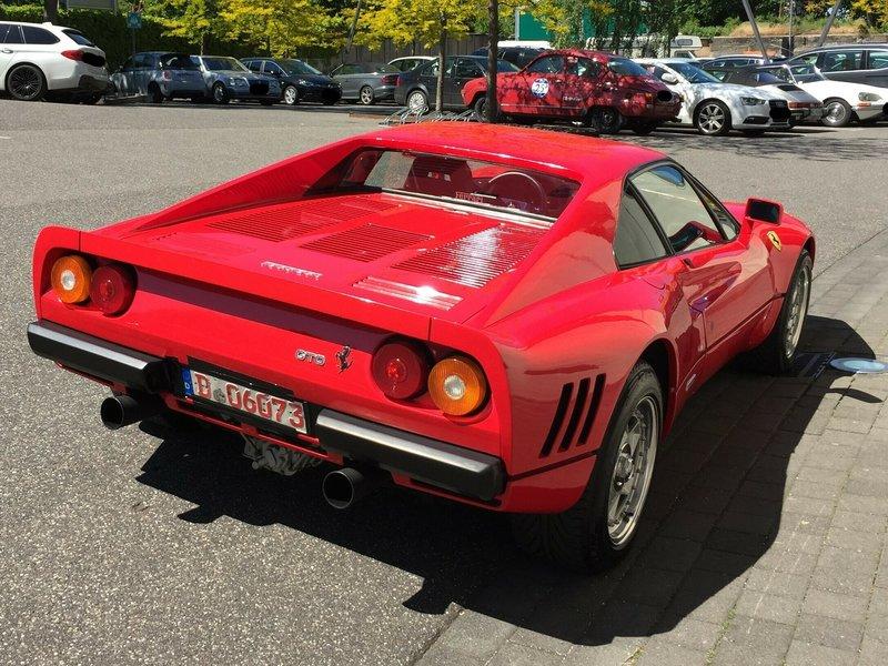 Κόκκινη Ferrari παρκαρισμένη