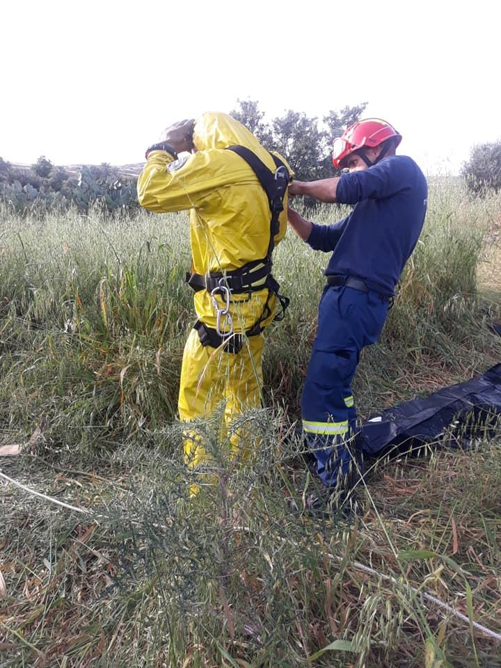 Με ειδικές στολές μπαίνουν οι δύτες στην τοξική Κόκκινη λίμνη σε αναζήτηση της τρίτης βαλίτσας του serial killer