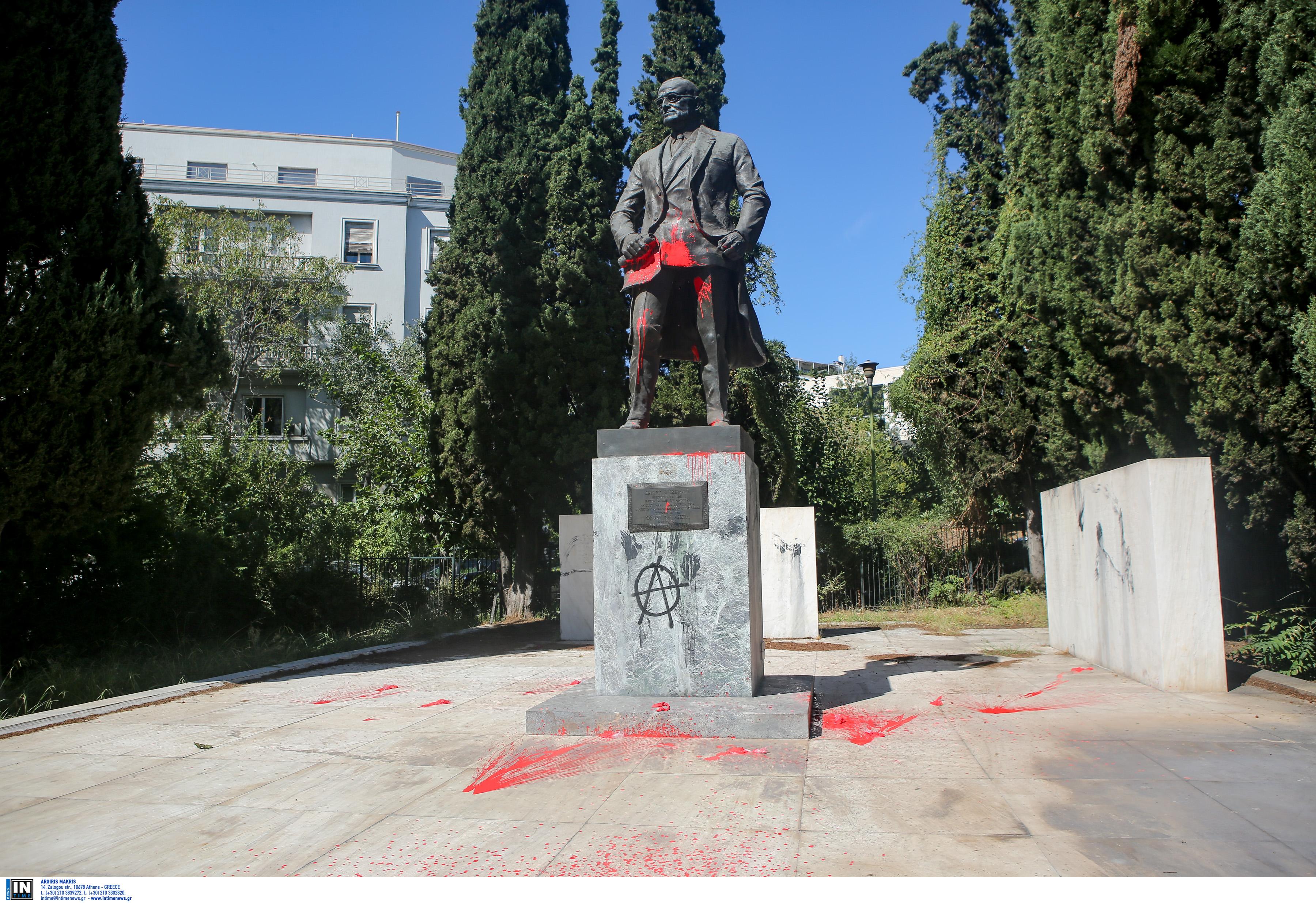 Διαδηλωτές πέταξαν κόκκινη μπογιά στο άγαλμα του Τρούμαν
