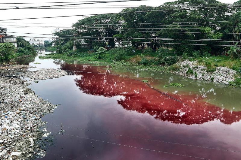 Ποταμός έχει βαφτεί μωβ από τα λύματα εργοστασίων που βρίσκονται κοντά
