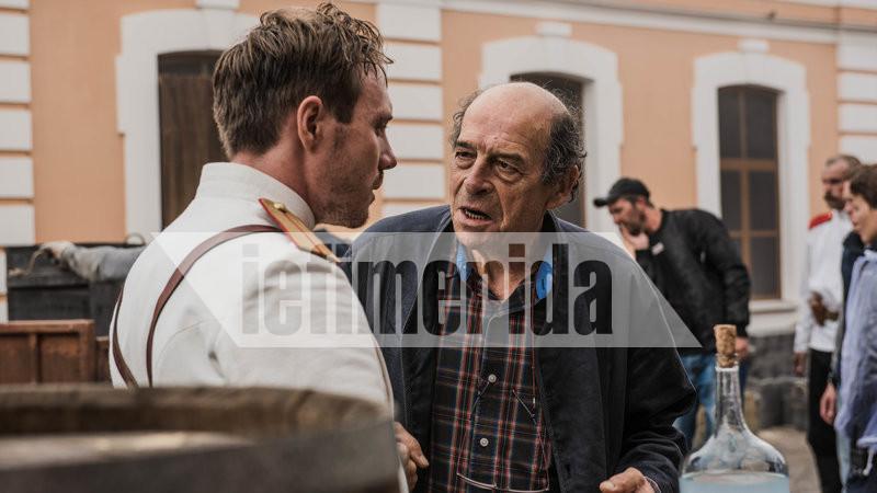 Ο Μανούσος Μανουσάκης δίνει τις τελευταίες οδηγίες στους ηθοποιούς στα γυρίσματα της σειράς «Το Κόκκινο Ποτάμι»