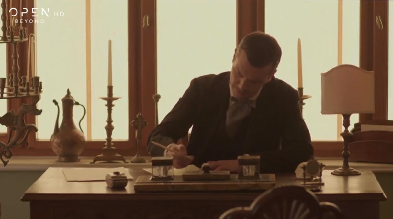 Ο Ιωάννης Παπαζήσης στο γραφείο του σπιτιού στο Παρίσι, κατά το πέμπτο επεισόδιο της σειράς «Το Κόκκινο Ποτάμι»