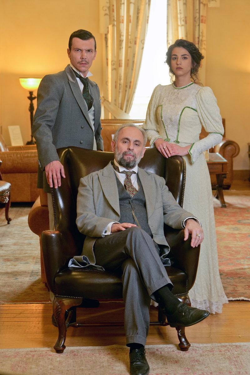 Οι πρωταγωνιστές της σειράς «Το Κόκκινο Ποτάμι» στα γυρίσματα που πραγματοποιήθηκαν στην Αγία Πετρούπολη