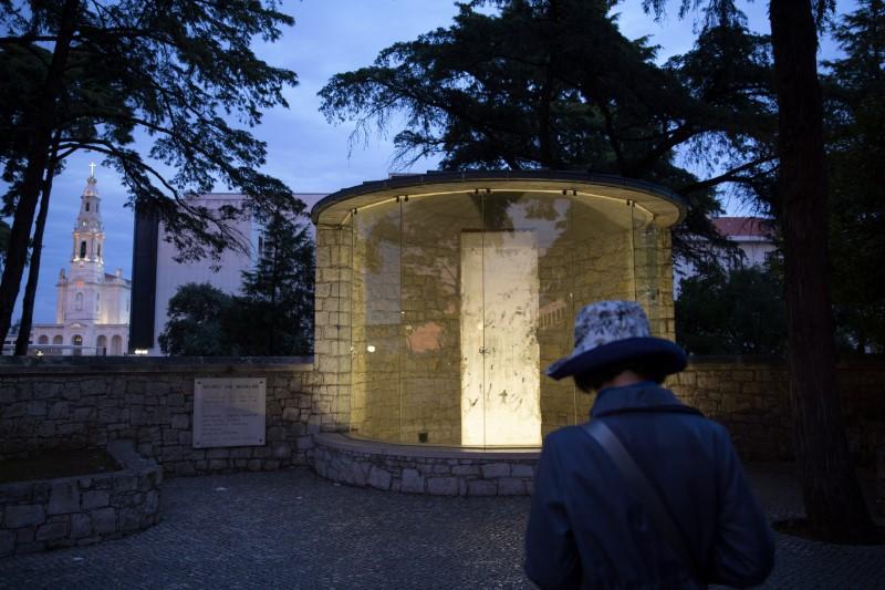 Τμήμα από το Τείχος του Βερολίνου πίσω από γυαλί