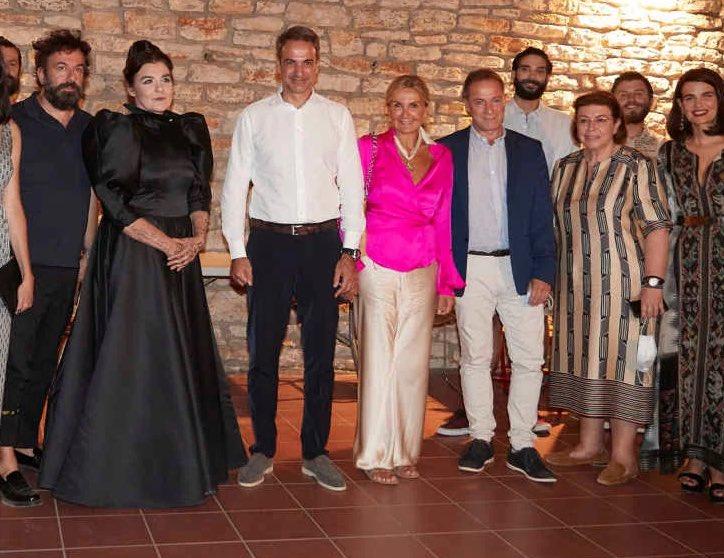 Απίστευτο τρικ: Έκοψαν την Κονιόρδου από τη φωτογραφία με Λιγνάδη, στην  «Αυγή»! | ΕΛΛΑΔΑ | iefimerida.gr