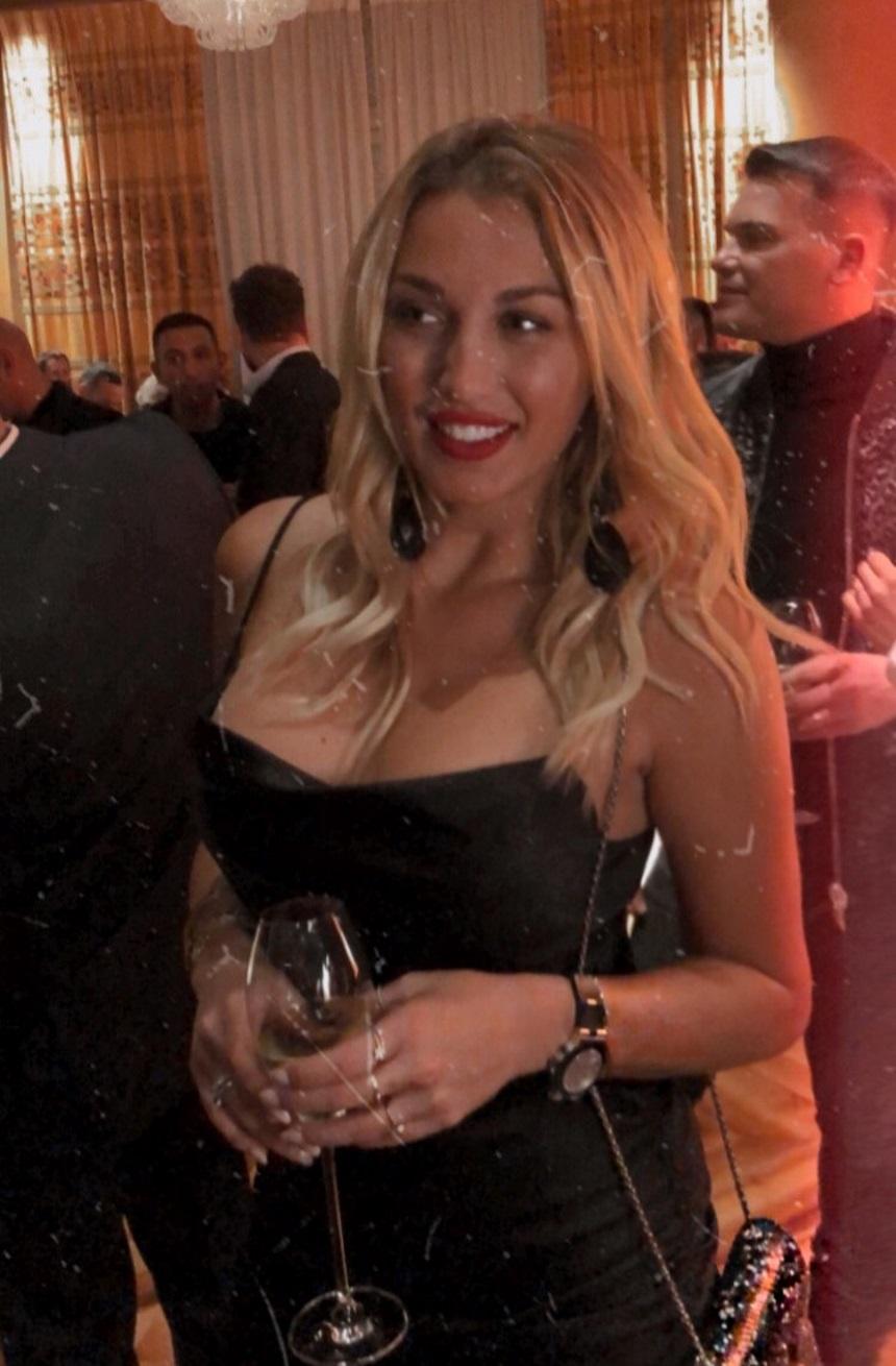 Μαύρο στενό φόρεμα επέλεξε η παρουσιάστρια