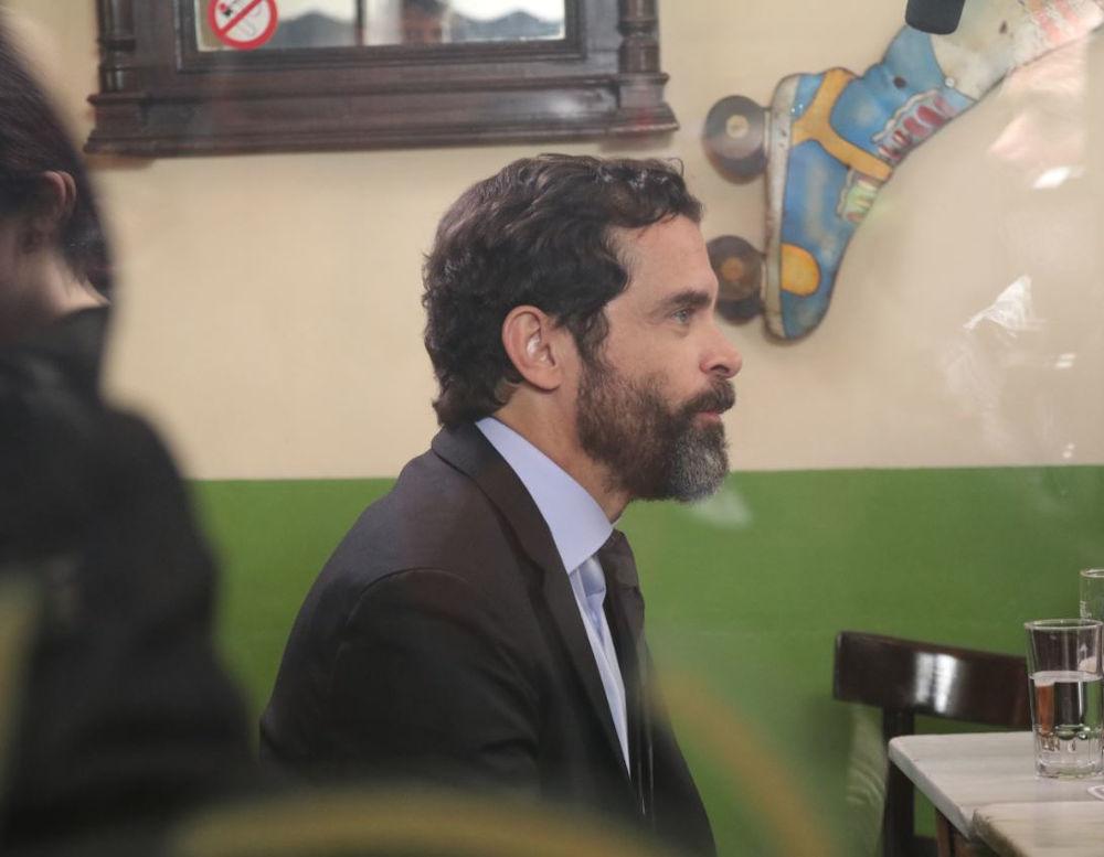 Ο Κωνσταντίνος Μαρκουλάκης σε σκηνή από την σειρά «Λόγω Τιμής»
