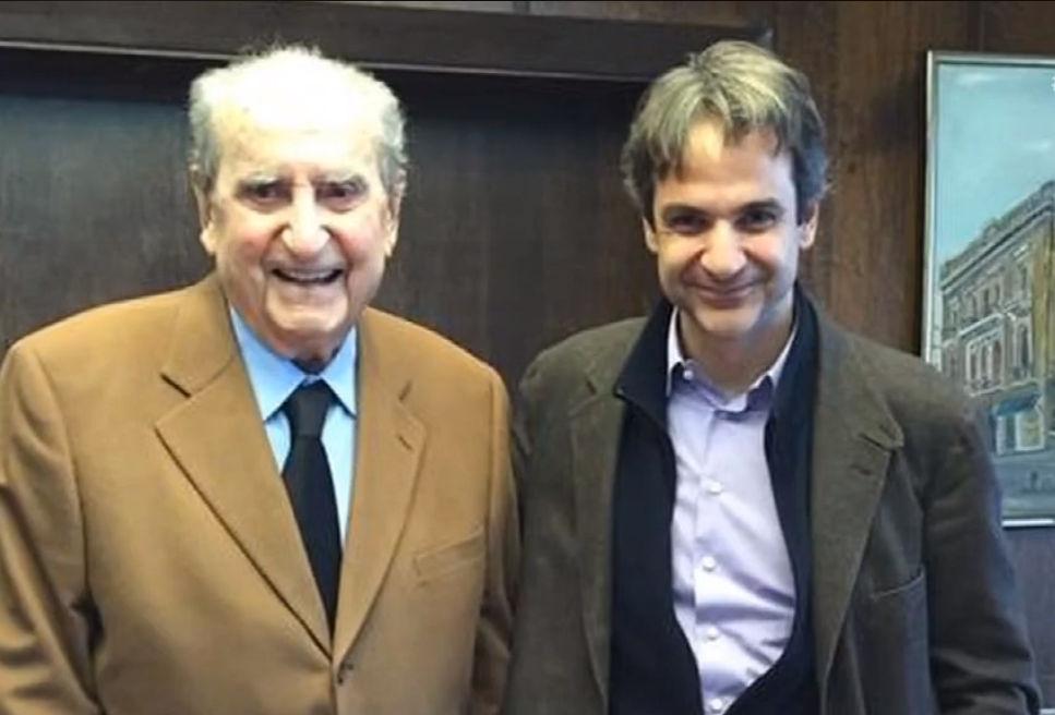 Ο Κωνσταντίνος Μητσοτάκης με τον γιο του Κυριάκο Μητσοτάκη / Φωτογραφία: Καρέ από την εκπομπή Ενώπιος Ενωπίω