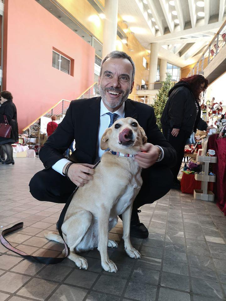 Ο Κωνσταντίνος Ζέρβας και η σκυλίτσα Διώνη σε φιλανθρωπικό μπαζάρ του Δήμου Θεσσαλονίκης