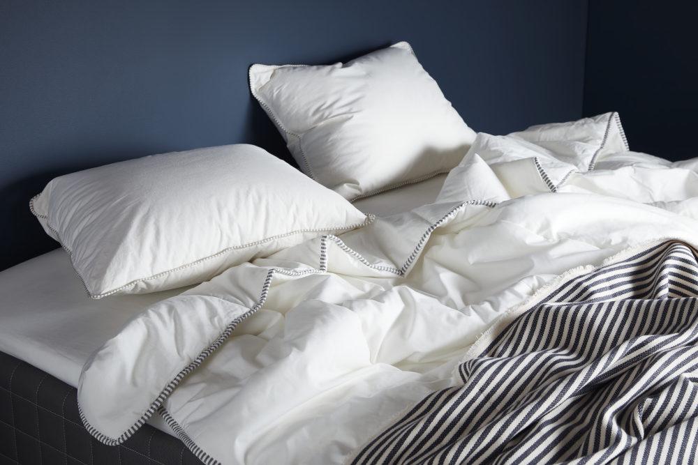 Κρεβάτι με πάπλωμα και σκεπάσματα και μαξιλάρια