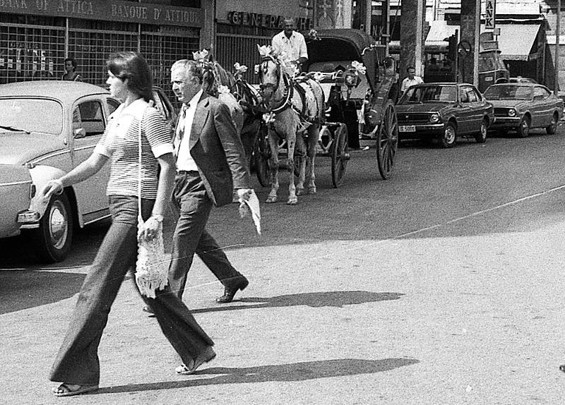 Κοπελιά με παντελόνι καμπάνα.1976.