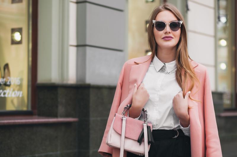κοπέλα με ροζ σακάκι