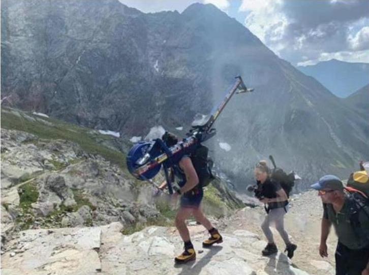 Ορειβάτης στο Mont Blanc με κωπηλατικό μηχάνημα
