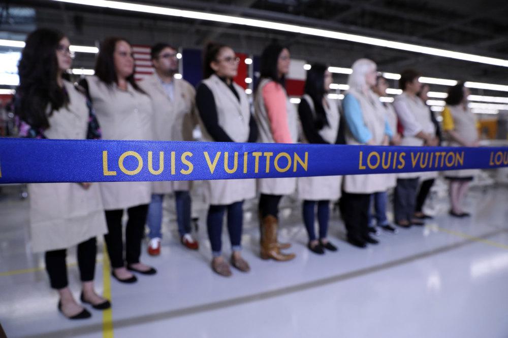 Η κορδέλα αναγράφει Louis Vuitton στα εγκαίνια του εργοστασίου στο Τέξας