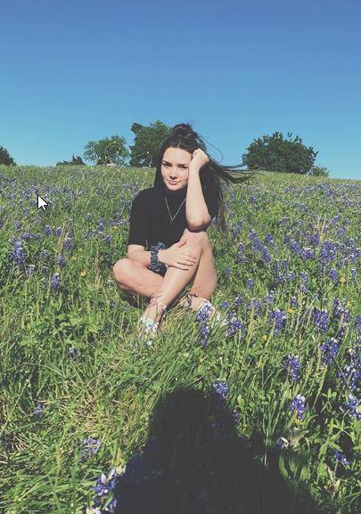 Κορίτσι σε λιβάδι με λουλούδια
