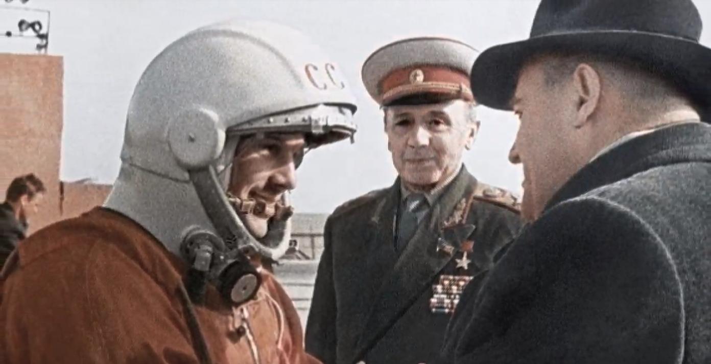 Ο Γιούρι Γκαγκάριν με στολή κοσμοναύτη και ο Σεργκέι Κορόλιοφ στη Σοβιετική Ενωση.