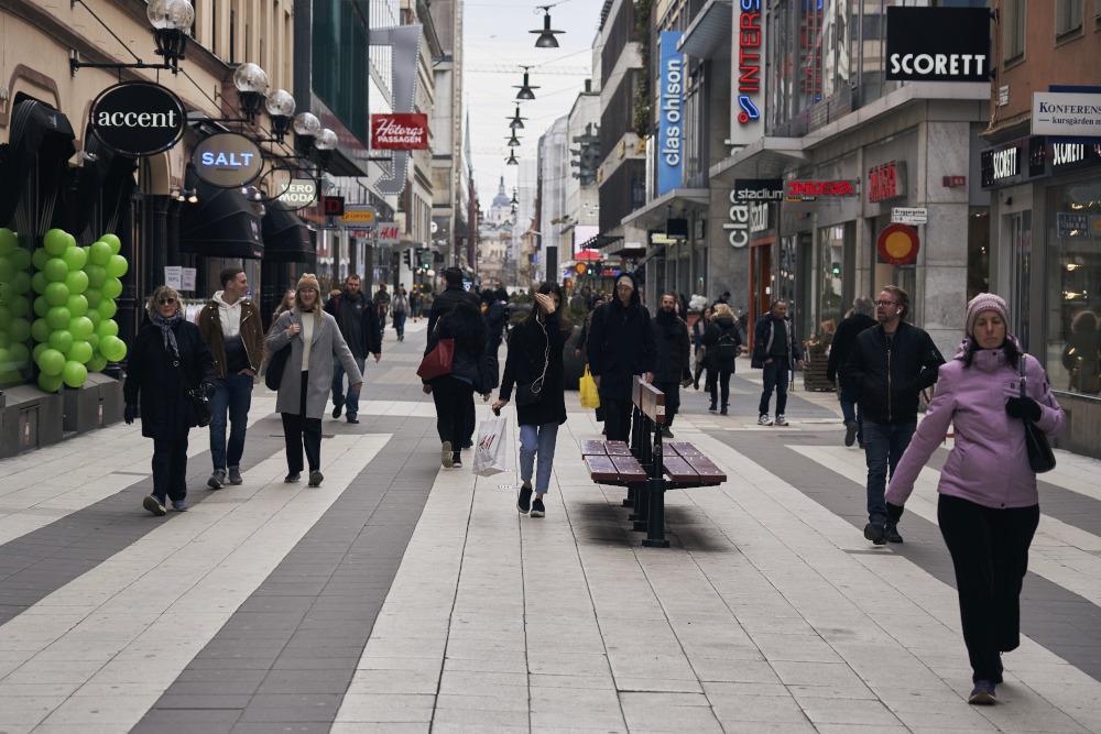 Σουηδοί περπατούν στους δρόμους της Στοκχόλμης