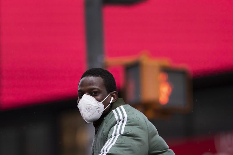 Μαύρος άνδρας με μάσκα στη Νέα Υόρκη