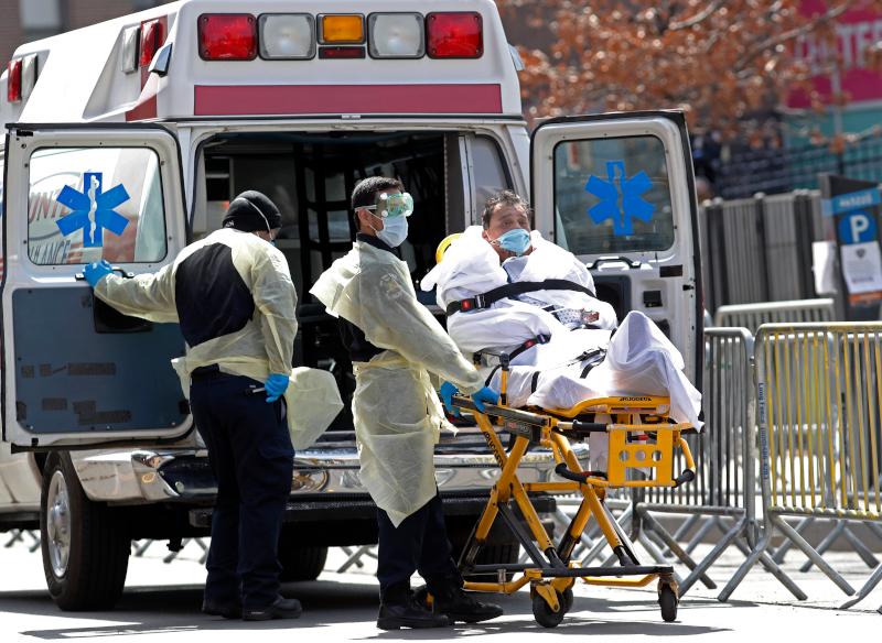 Ασθενής κορωνοϊός μεταφέρεται με ασθενοφόρο