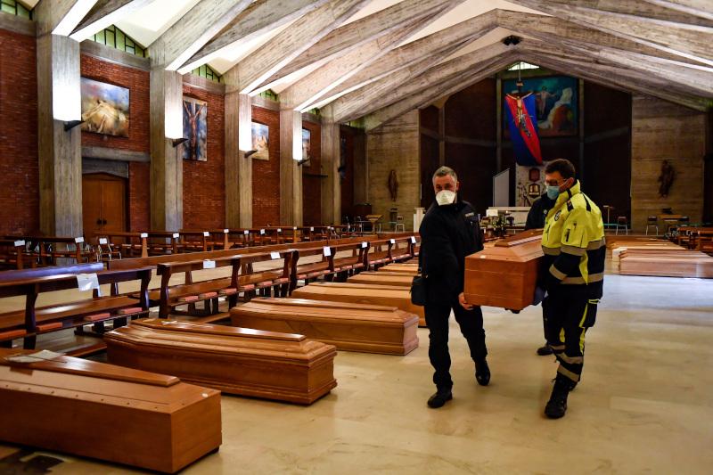 Γεμάτη εκκλησία με φέρετρα ασθενών που υπέκυψαν στον κορωνοϊό