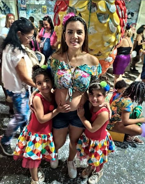 Έγκυος γυναίκα Βραζιλία κορωνοϊό με τις δίδυμες κόρες της