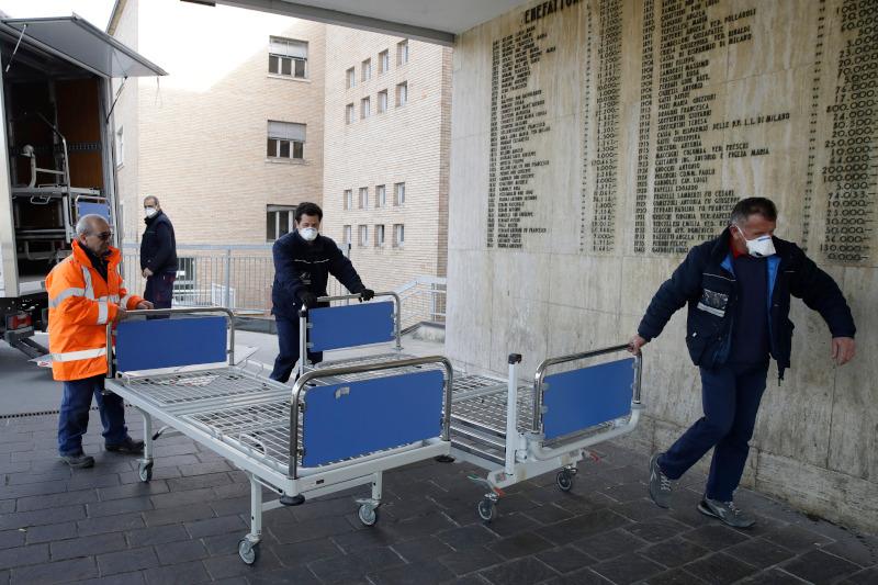 Ιατρικό προσωπικό μεταφέρει κρεβάτια στο νοσοκομείο του Κοντόνιο όπου βρέθηκε θετικός στον κορωνοϊό ο πρώτος ασθενής
