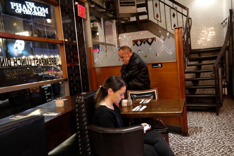 Ο ιδιοκτήτης και η σερβιτόρος εστιατορίου στην Νέα Υόρκη περιμένουν μάταια τους πελάτες