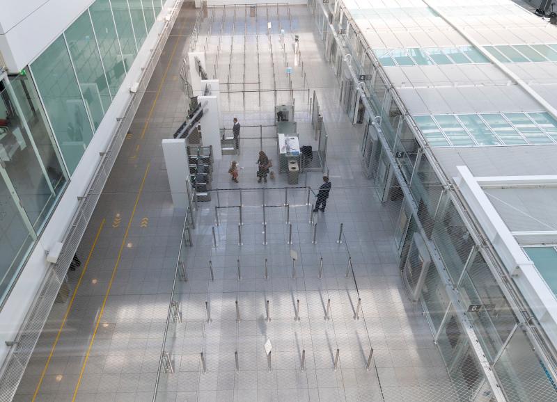 Ελάχιστοι άνθρωποι στο αεροδρόμιο του Μονάχου