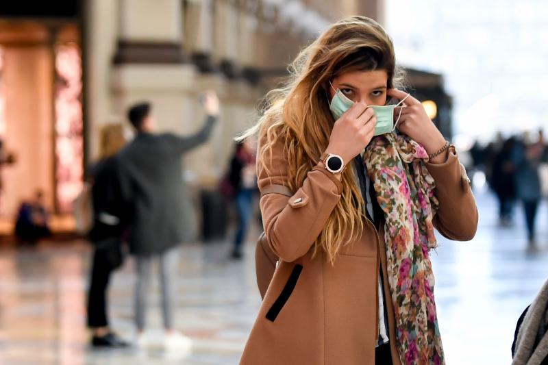 γυναίκα με μάσκα λόγω κορωνοϊού