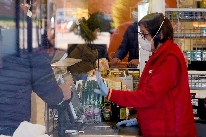 Υπάλληλος σούπερ μάρκετ με μάσκα και γάντια