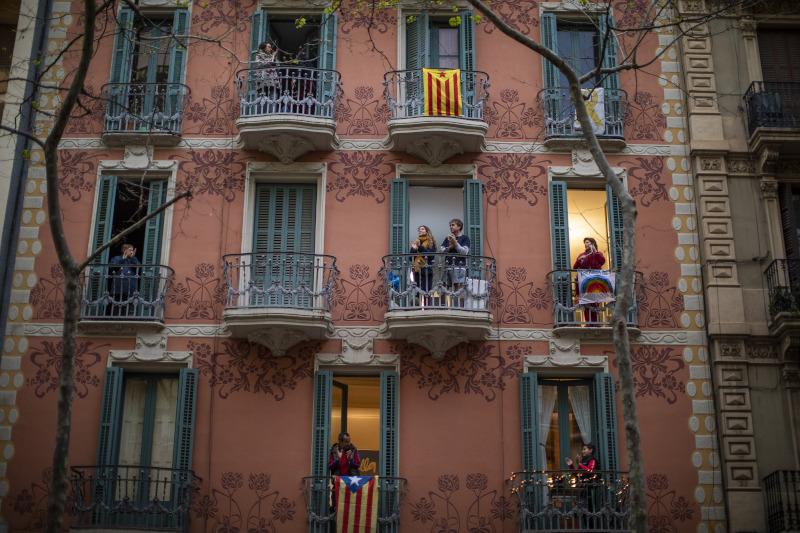 Άνθρωποι στα μπαλκόνια λόγω καραντίνας κορωνοϊού στην Ισπανία
