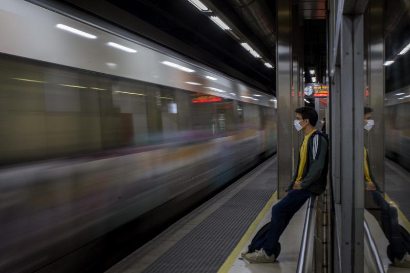 Κάτοικος Ισπανικής πόλης με μάσκα περιμένει το μετρό