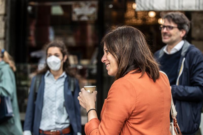 Ιταλία γυναίκα καφέ στο χέρι