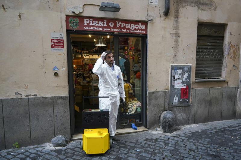 Απολύμανση σε κατάστημα παιδικών ενδυμάτων στην Ιταλία λίγο προτού ανοίξει ξανά
