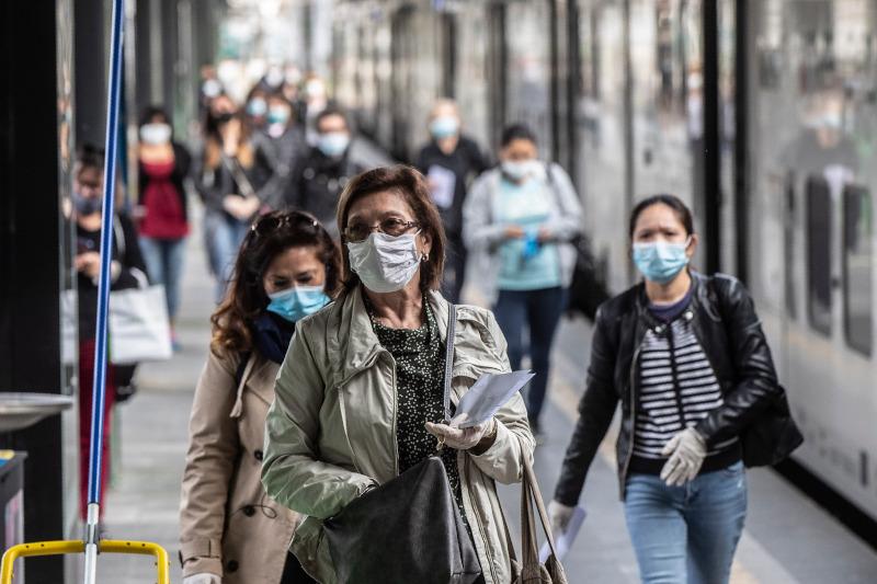 Κόσμος με μάσκες σε μετρό στην Ιταλία