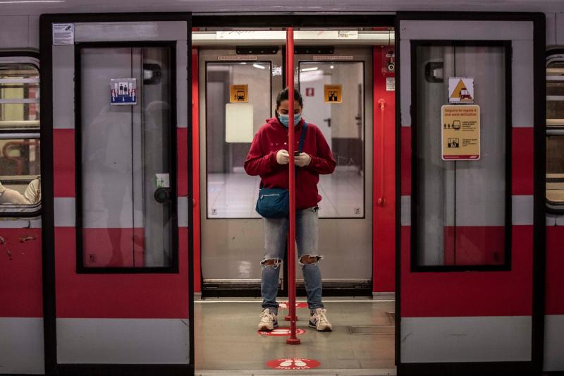 Γυναίκα με μάσκα μετρό Ιταλία