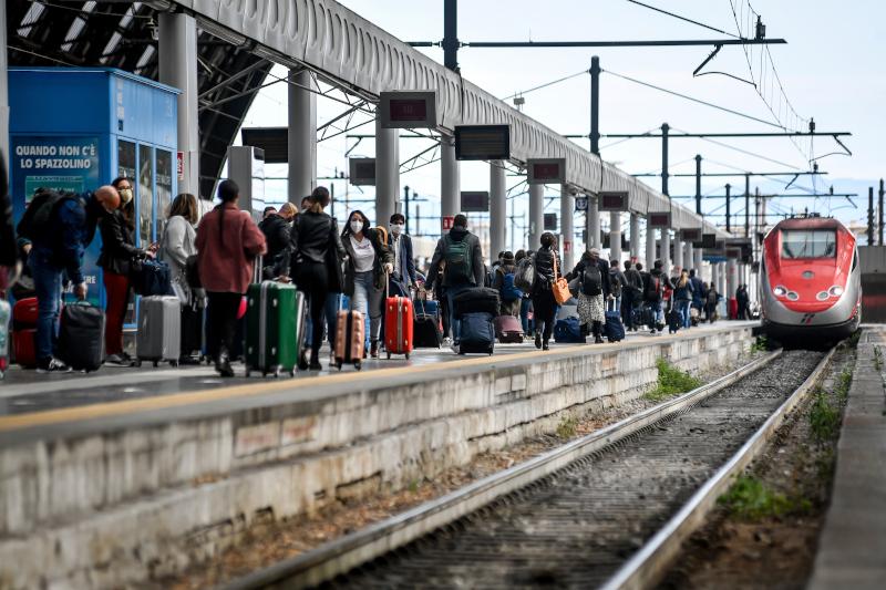 Μετά από περισσότερο από δύο μήνες σε καραντίνα, οι Ιταλοί μπορούν και πάλι να επισκεφθούν τους συγγενείς τους