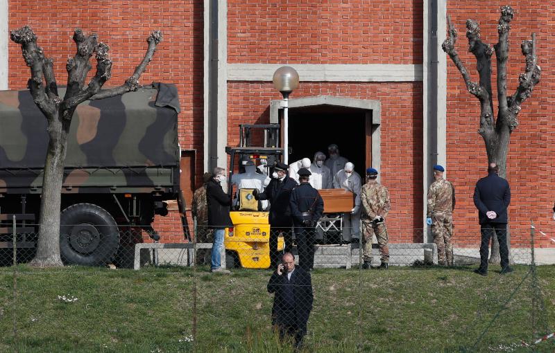 Στρατιωτικά οχήματα φορτώνουν φέρετρα στο Μπέργκαμο της Ιταλίας - Οι εικόνες αυτές σόκαραν όλο τον πλανήτη