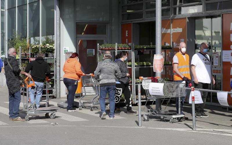 Με προστατευτικές μάσκες οι πελάτες έξω από κατάστημα στην Αυστρία