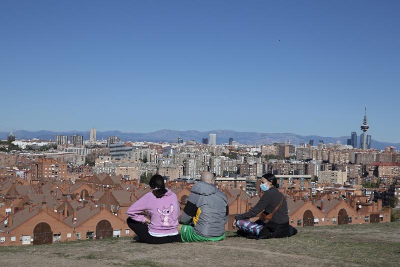 Κάτοικοι της Μαδρίτης χαζεύουν την θέα στην πόλη από ψηλά
