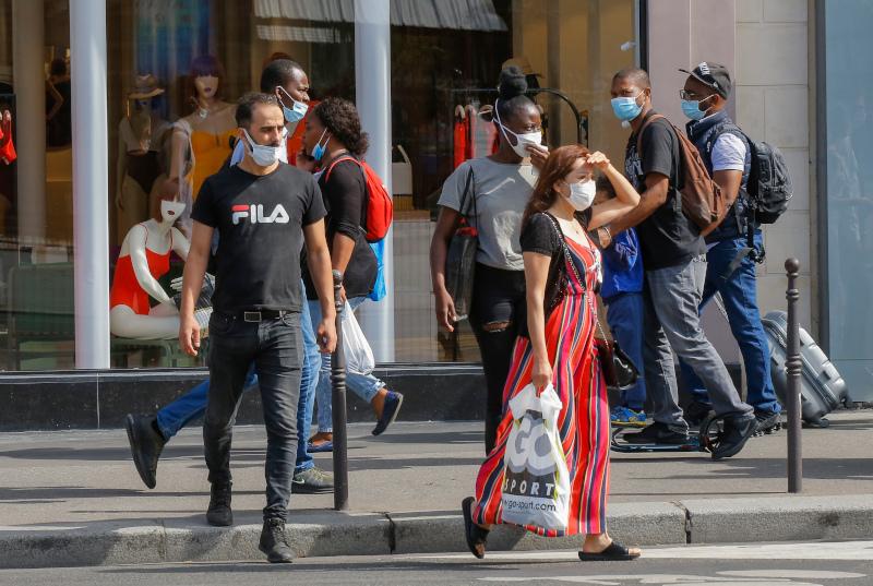 Κόσμος με μάσκες για ψώνια