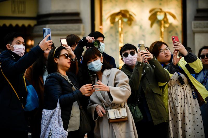 Στους δρόμους κυκλοφορούν κυρίως οι εναπομείναντες τουρίστες φορώντας τις απαραίτητες μάσκες