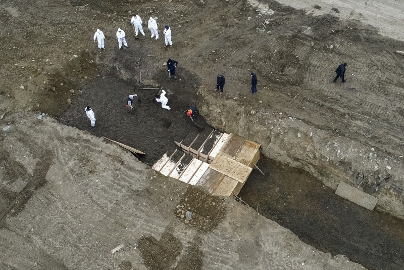 Ομαδικός τάφος στο νησί Χαρτ απέναντι από την Νέα Υόρκη - Γέμισαν τα νεκροταφεία της πόλης