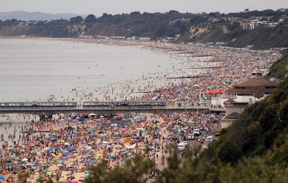 Κανένα μέτρο δεν τηρήθηκε σε παραλία του Μπόρνμουθ στην Αγγλία